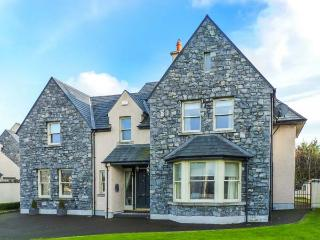 DUN RI, Sky TV, WiFi, open fire, stylish, en-suites, great touring base in Buratty, Ref. 920184, Bunratty
