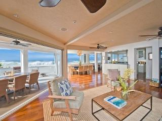 Luxurious and private 3 home estate with jacuzzi on Pipeline Beach, Haleiwa
