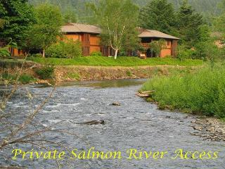 Beautiful Condo on Salmon River-access to pool and hot tub, Welches