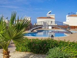 Modern flat with pool and sea view, Tala