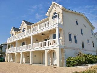 Seascape C - Deluxe Townhouse, Half a Block from the Beach - Small Dog Friendly - FREE Wi-Fi, Tybee Island