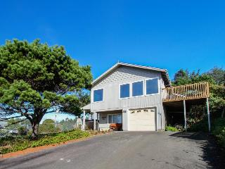 Cozy house close to beach - hot tub & ocean views!, Lincoln City