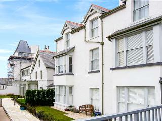 THE MOORINGS, second floor apartment with sea views, Juliet balcony, WiFi, near beach, in Deganwy, Ref 913363