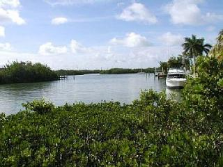 Lovely home on beautiful Coco Plum Beach with 100' of deep water dockage!, Marathon