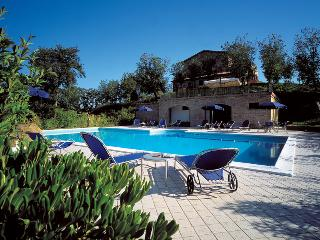 Gubbio holiday apartment rental with swimming-pool, Monteluiano