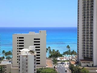 One-bedroom with ocean view and central AC; 5 min. walk to beach.  Sleeps 3., Honolulu