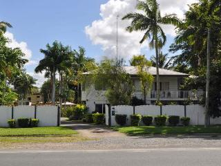 Family Home for 15, Pool, close to city & shops, Cairns