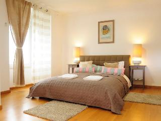 Spacious 5 Bedroom Apartment with Jacuzzi, Lisbon