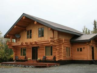 Beautiful Log Home with Stunning Mountain Views, Haines Junction
