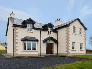 OYSTER LODGE, modern, detached cottage, with Jacuzzi bath, lawned garden, off road parking, in Mulrook, Ref 19290, Galway