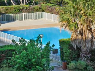 Delightful studio in Six-Fours, the Var, with large pool and stunning sea views, Six-Fours-les-Plages