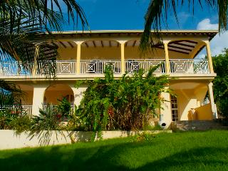 Stunning 5-bedroom villa in Guadeloupe with garden and sunny terrace – 250m from Fort Royal beach!, Deshaies