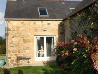 Three-bedroom stone house in Finistere with sea- and garden views, 600m from the beach, Argol