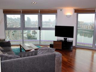 Luxury 2-Bed Apartment + Stunning Riverside Views, London