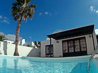 CASA FAYNA-Sleeps up to 6. Private pool & BBQ, Costa Teguise