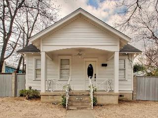2BR Stylish House- South Congress Right Out the Door! Sleeps 6, Austin