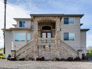 Oceanfront home with private hot tub & amazing location, Rockaway Beach