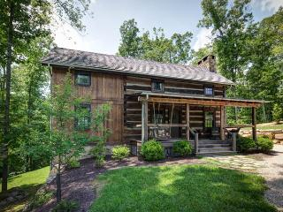 Gorgeous 3 bedroom antique log cabin situated in the Delafield Rise neighborhood in Hot Springs