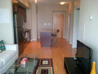 Downtown Modern 1 Bed + Den Suite next to Harbour, Toronto