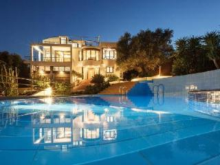 Space and comfort at Villa Joy minutes from heart of town & sandy beach with pool and housekeeping, Chania Town