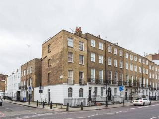6 Flats in 1 Building - Up to 26 people!, London