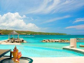 Private Beachfront Sugar Bay on Discovery Bay with pool/spa, tennis court & full staff