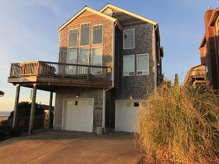 Beautiful Ocean View, 4 Bedroom Home with Hot Tub Located in Roads End!, Lincoln City