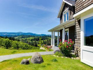 Dog-friendly home in pear orchard - private hot tub & views!, Hood River