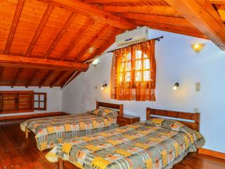 Double bedroom w/attic & pool view!, Peroulades