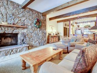 Cozy and warm condo with shared pool and hot tub, Avon