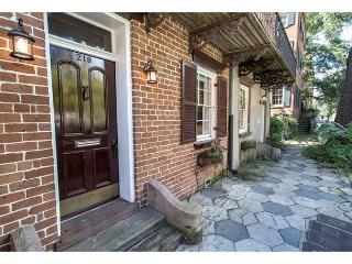 Adorable garden level apartment just steps from shops and restaurants., Savannah