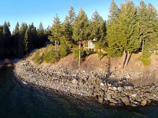 Spectacular Waterfront Winter Home, Amazing View, 5BD+Hot Tub, Wi-Fi, Slps16, Ronald