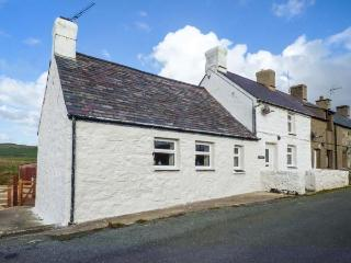 4 TAI'R EFAIL, quaint cottage, woodburner, off road parking, decked area, in Aberdaron, Ref 918956