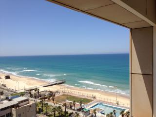 Apartment with balcony and sea view, Bat Yam