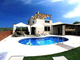 Holiday Villa, pool/garden, 5 min from the beach !, Panormos