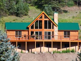29 Valley of the Pines - Modern Cabin with Views, Hot Tub, WiFi, Satellite TV, King Bed, Garage, Red River