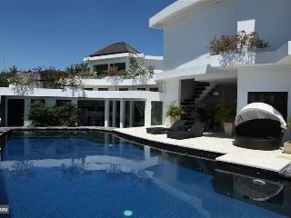 Spacious villa with 3 bedr, big pool & great view, Nusa Dua
