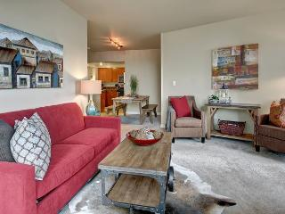 Modern city living in this stylish midtown apartment - Sea to Sky Rentals!, Seattle