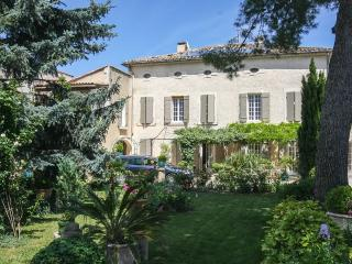 Apartment in a traditional farmhouse with a Pool, Saint-Remy-de-Provence
