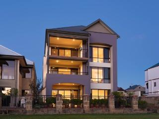 Istana Ascot Waters - Tri-Level Luxury Property, Perth