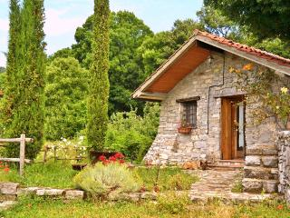 Independent stone cottages in rural agriturismo, Castell'Azzara
