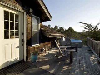 A cozy retreat, warm and inviting & just two miles from town., Mendocino