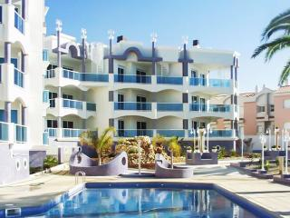 Luxury apartment in Alcanar with 2 bedrooms, 2 terraces, sea views and pool – 20m from the beach!