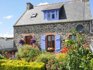 Idyllic stone house in Côtes-d'Armor, Brittany, with fenced garden & terrace – sleeps 4, Minihy-Treguier