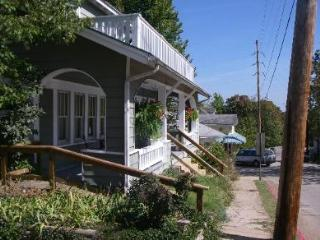 Sparky's Guest House, Large 5 bdrm on the Historic Loop - Amazing Porch, Eureka Springs