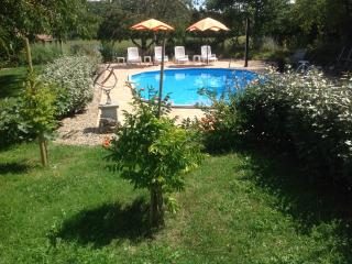 Holiday gite with swimming pool near Condom, Larressingle