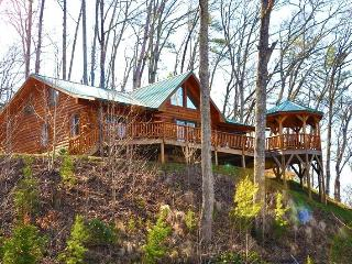 Shooting Star Ridge – Incredible View from a Gorgeous Cabin with Hot Tub, Fire Pit, and Wi-Fi -- Close to Rafting, the Casino, Fishing, Waterfalls, and the Tourist Train, Dillsboro