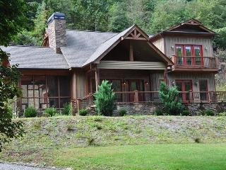 Creekside Lodge -- Convenient, Custom Rental with Easy Access, Outdoor Fireplace on Screened Porch, Internet Access, and a Sheltered Hot Tub, Bryson City