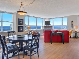 Gorgeous plush 25th floor apartment with stunning water and city views!, Seattle
