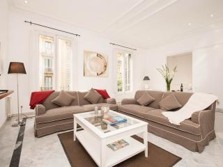 LARGE TWO-BEDROOMS APARTMENT, Barcelona